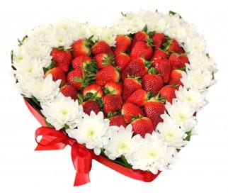 композиция из цветов и ягод №359